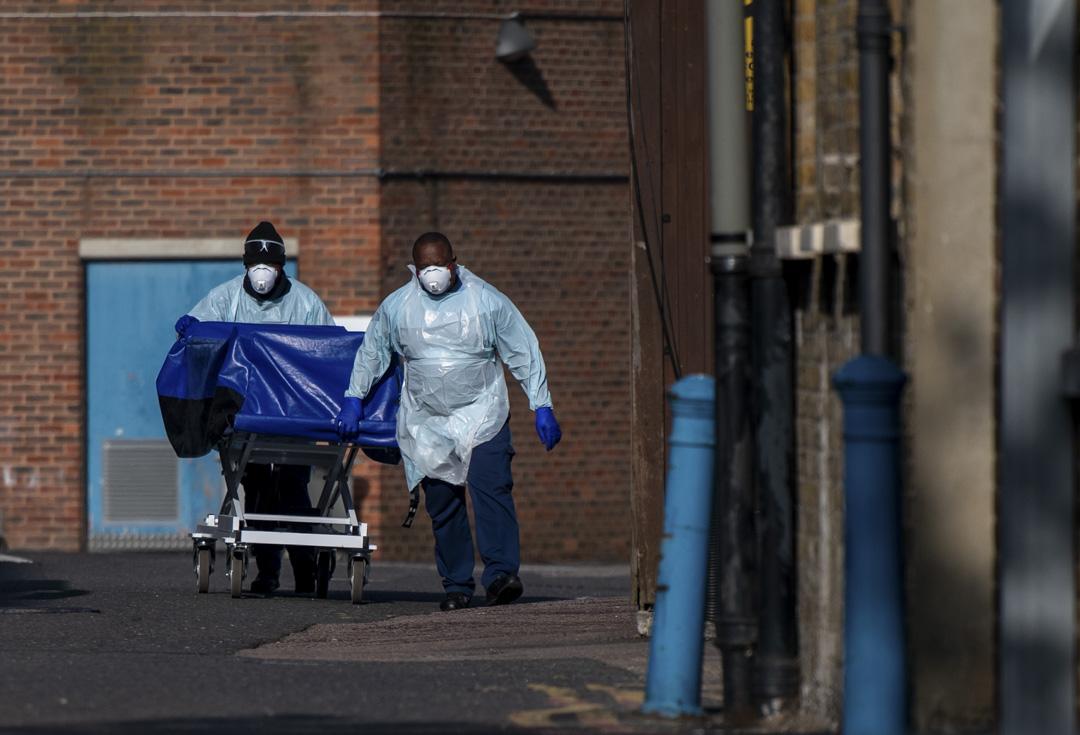 2020年4月16日,醫院工作人員在將因新冠疫情身亡的遺體運走。