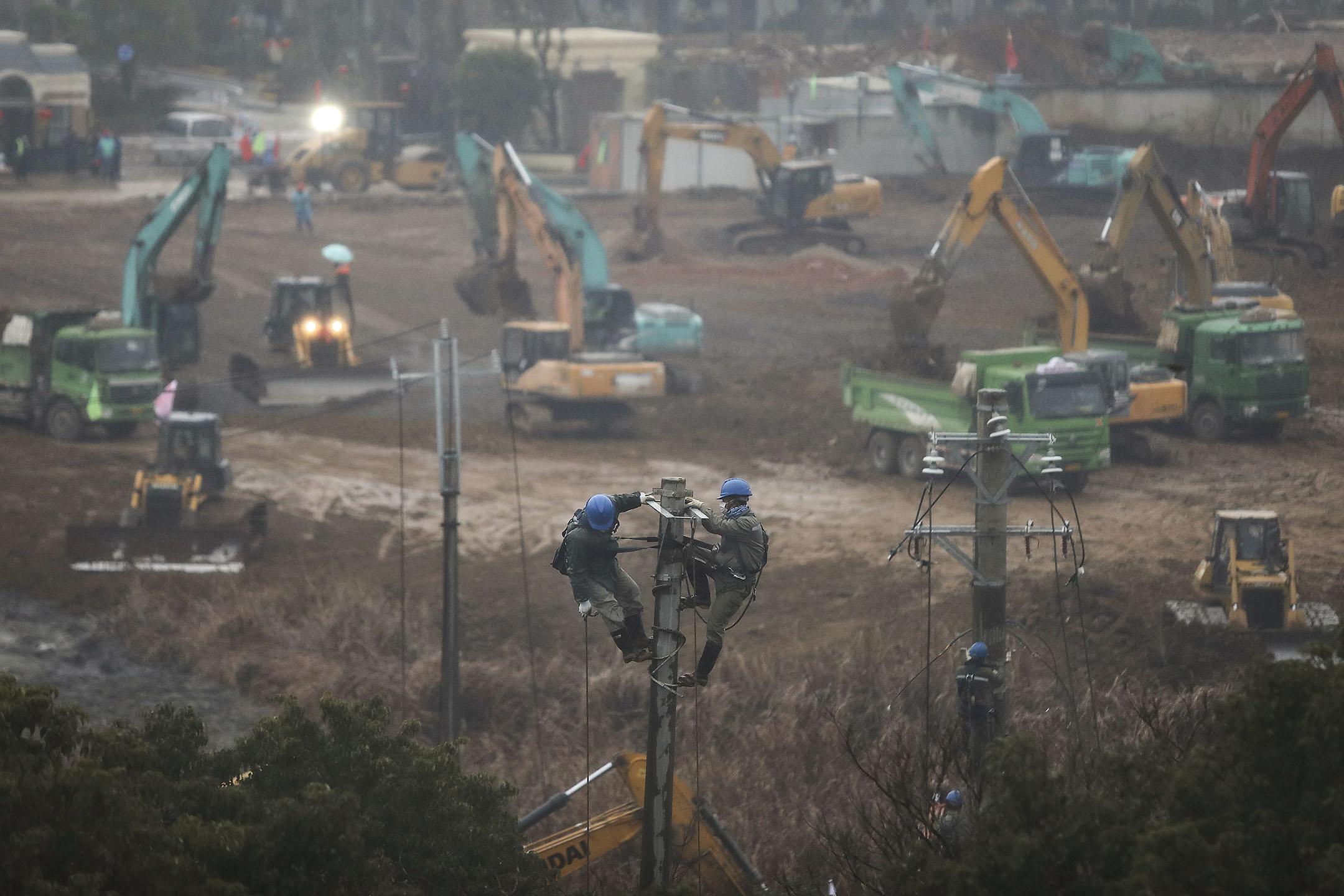 2020年1月24日武漢,兩名工人在修建一所新的醫院。