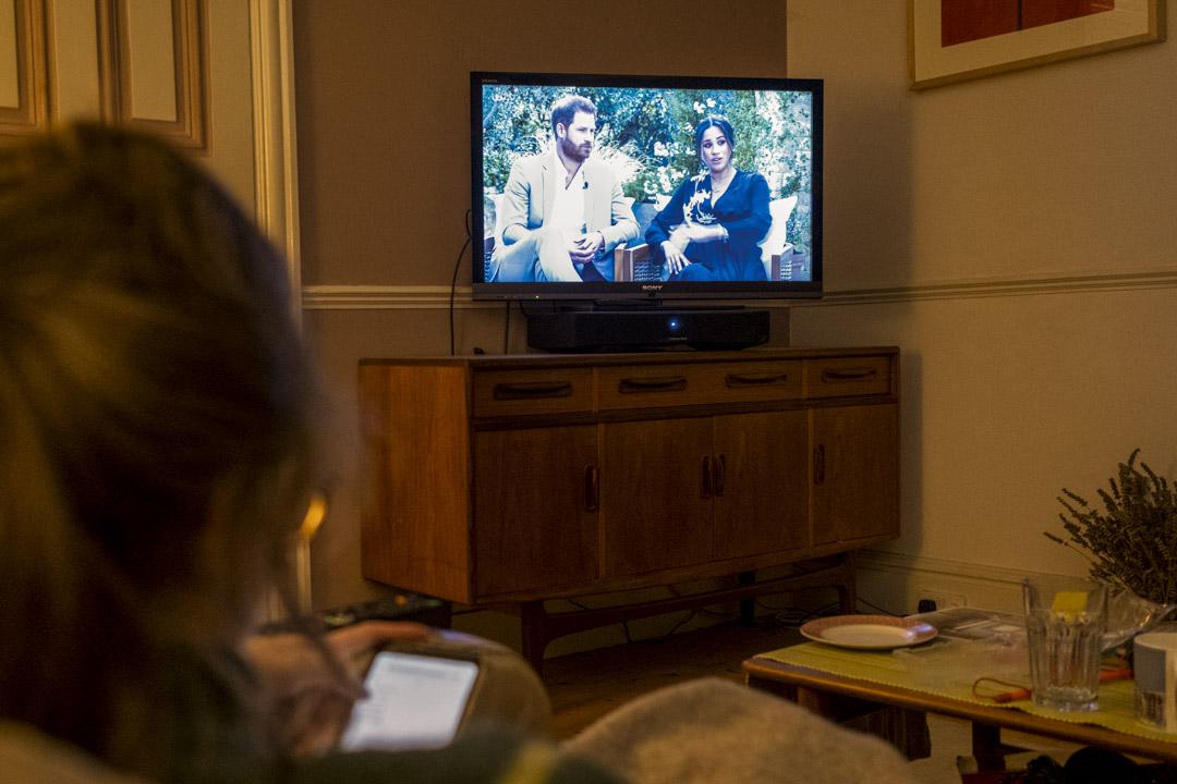 2021年3月8日,一名年輕女子在電視觀看哈里王子(Prince Harry)和夫人梅根(Meghan)的訪問。 攝:Richard Baker / In Pictures via Getty Images