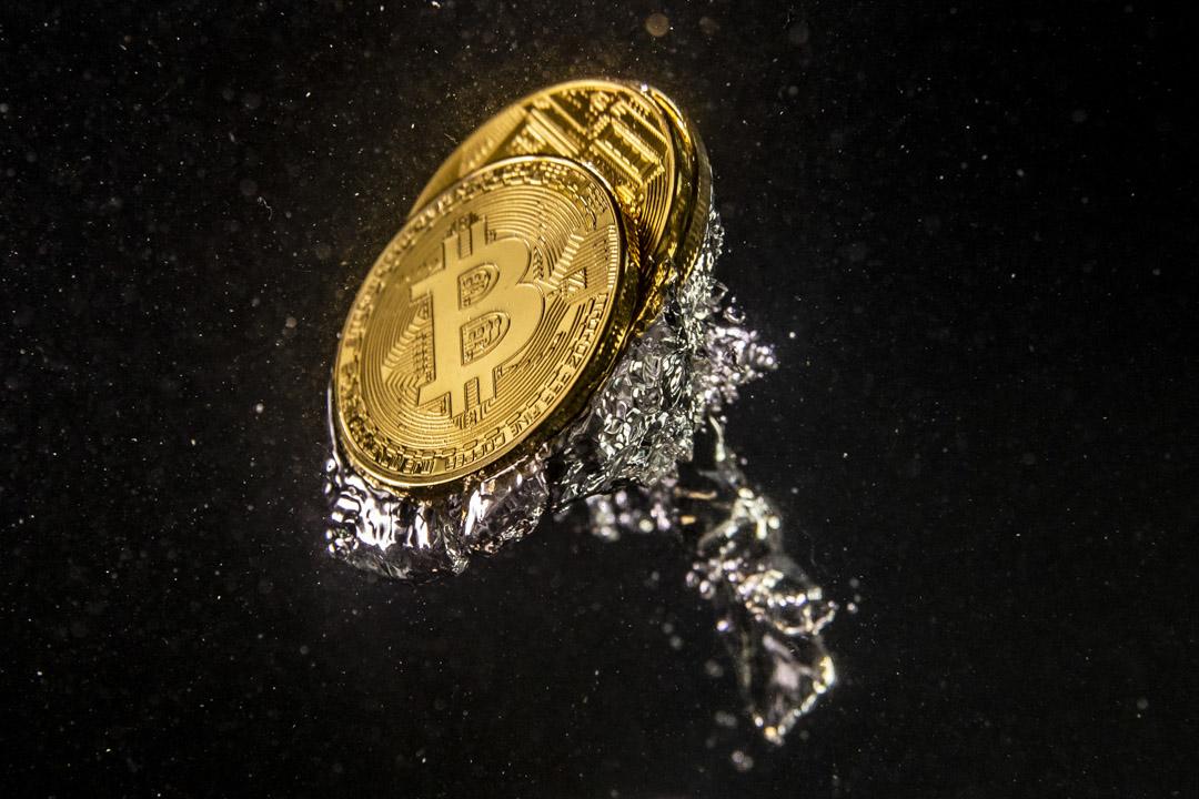 虛擬貨幣比特幣在去年三月中的時候曾經一度跌到一顆比特幣三千多美金,恰恰一年後,已經超過五萬七千美金,漲幅1500%  。