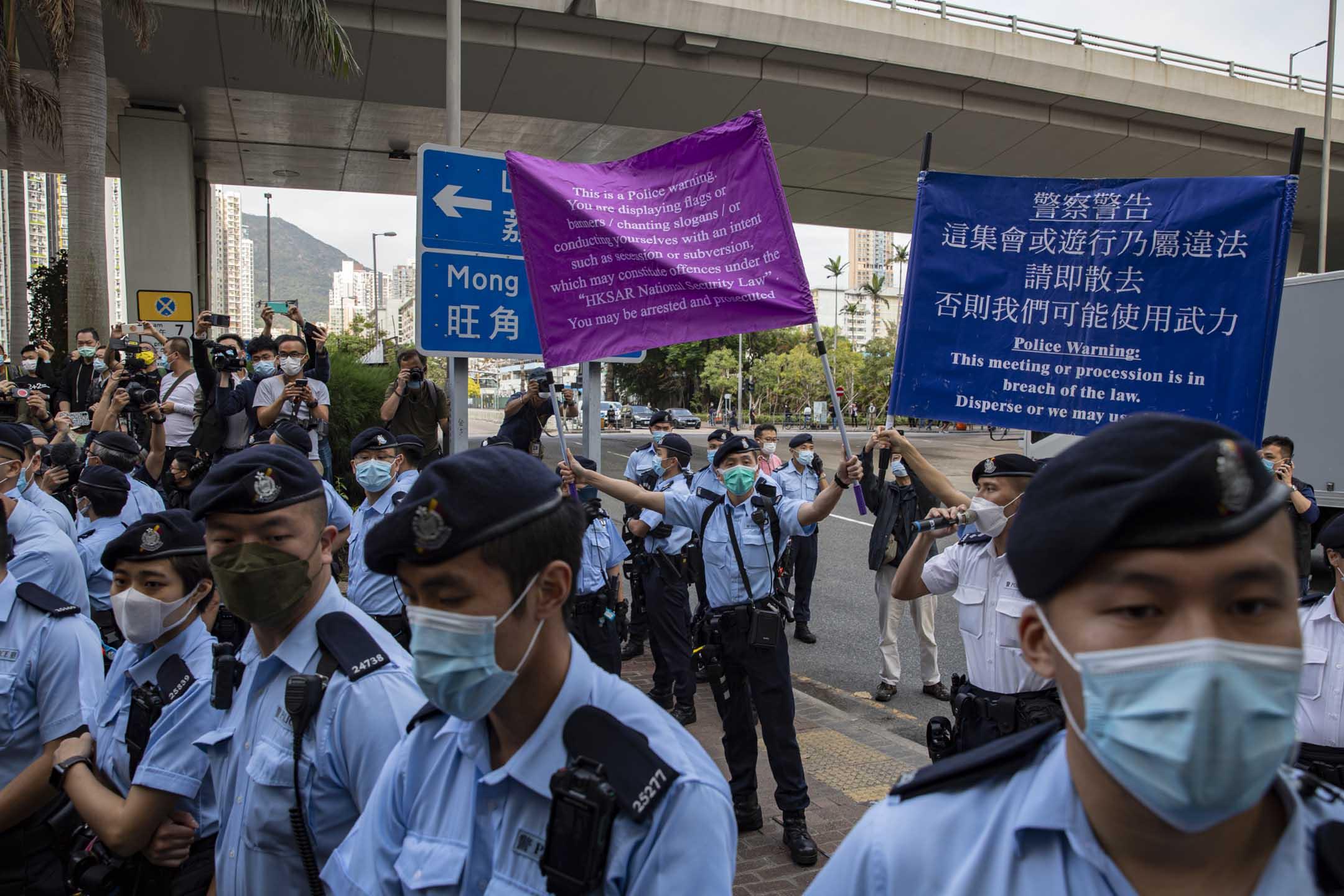 2021年3月1日大批市民於西九龍裁判法院等候進庭聽審,警方出示紫旗警告。
