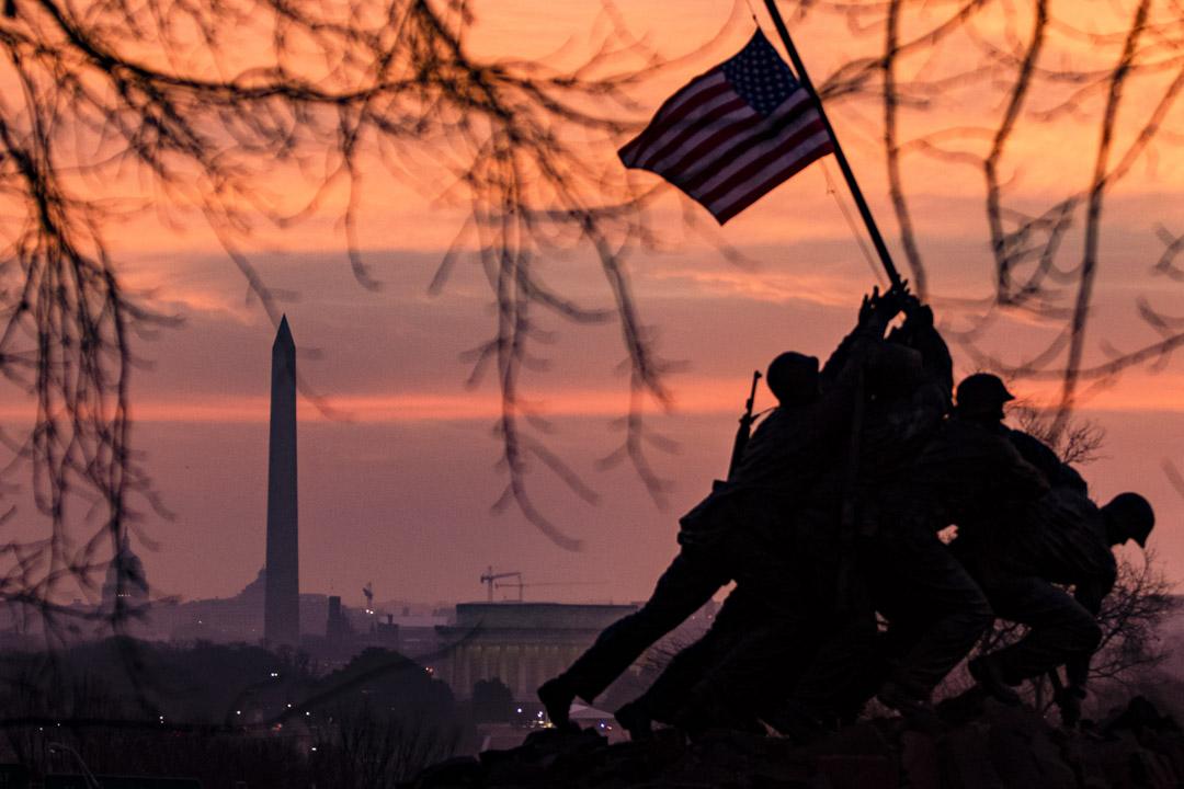 2021年1月15日,美國國旗在美國海軍陸戰隊戰爭紀念館前飄揚。 攝:Samuel Corum/Getty Images
