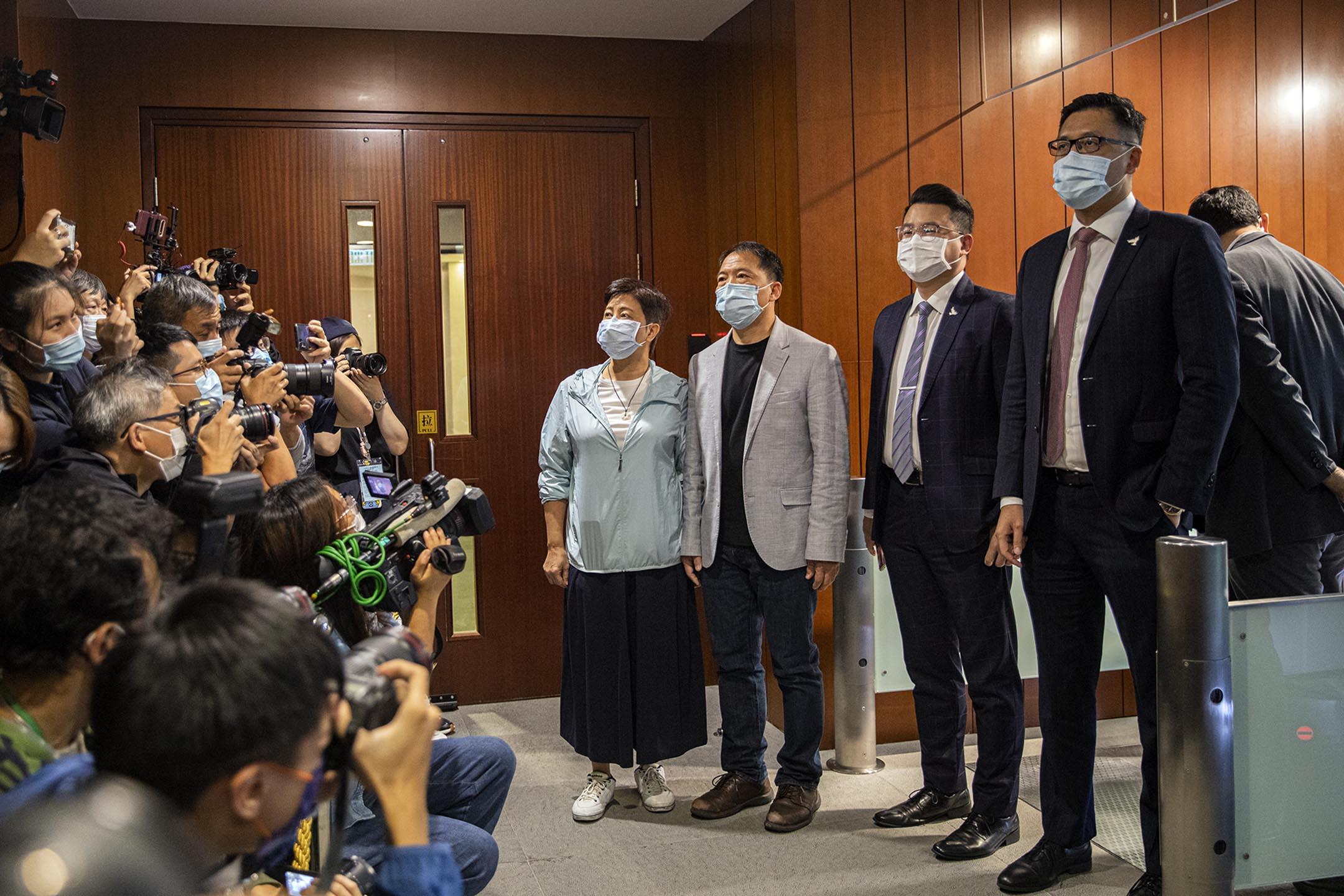 2020年11月12日香港,(左起)民主黨黃碧雲、胡志偉、尹兆堅和林卓廷一同到立法會秘書處遞交辭職信。