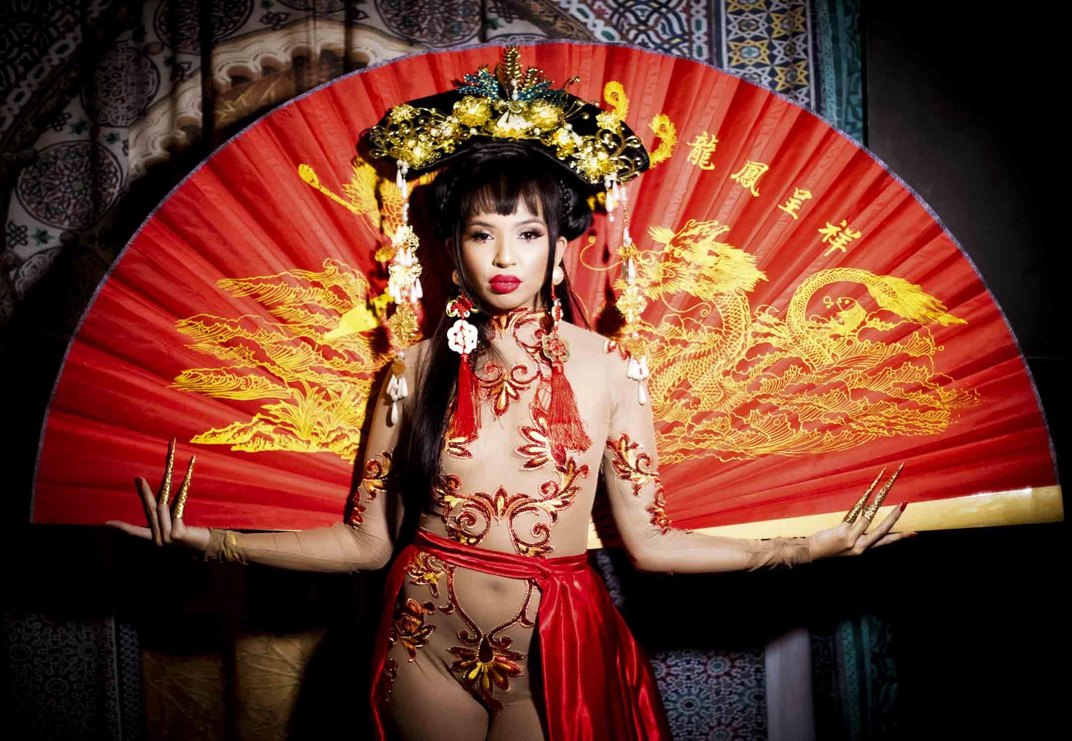 頭頂清宮頭飾,身著裸色繡花連體衣的菲律賓裔變裝皇后K Rizz。 攝影:Alexandra Cuerdo