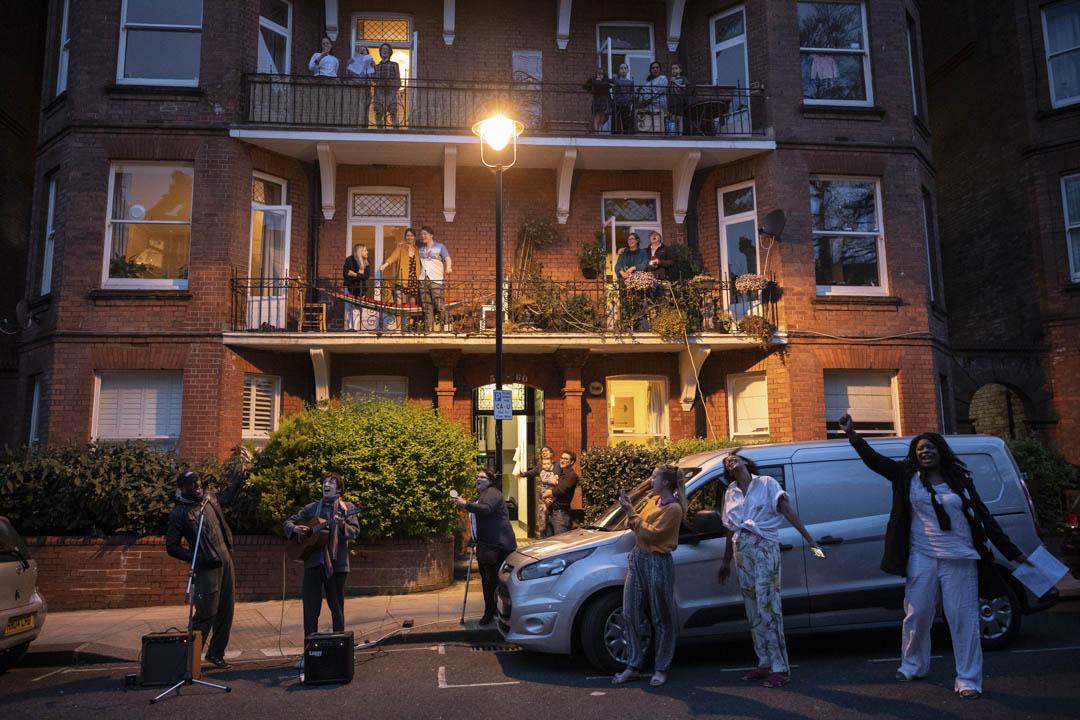 2020年4月9日,倫敦一幢住宅的房客參加拍掌行動感謝英國NHS在防疫的工作。