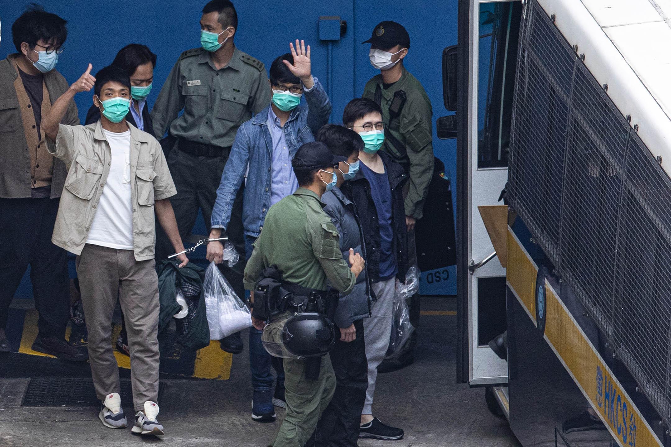 2021年3月3日荔枝角收押所,各被告步上囚車前往西九裁判法院。