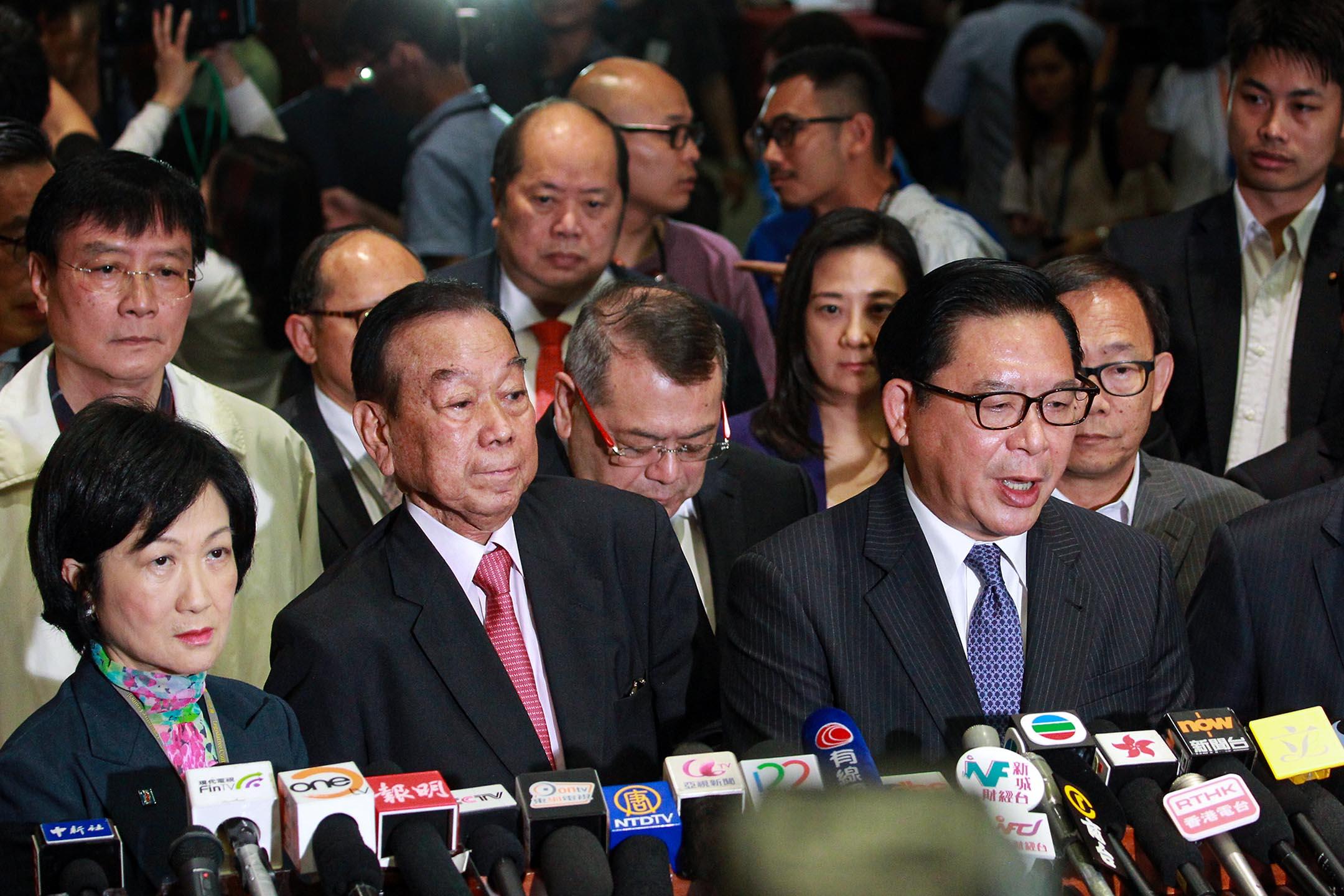 2015年6月18日立法會,立法會議員葉劉淑儀、劉皇發、林建鋒在《行政長官產生辦法決議案》被投票否決後,與傳媒見面。