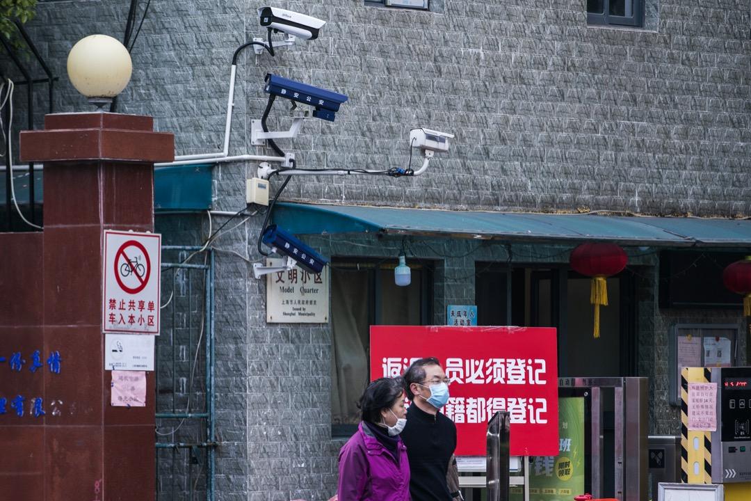 上海一個小區的建築物外牆裝上監控鏡頭。