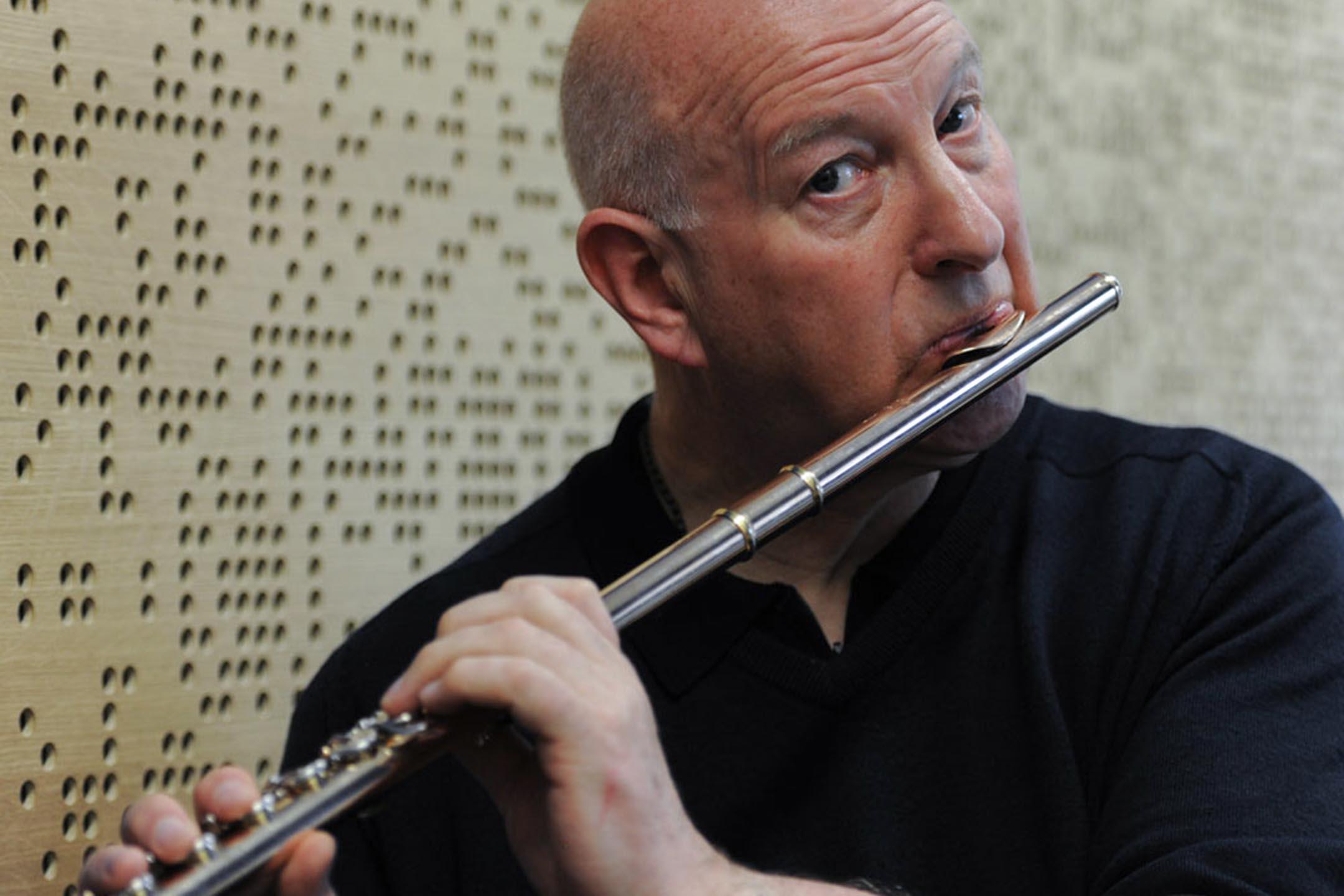 著名獨立爵士笛子手Paul Cheneour為28萬人聯署者,受脫歐及新冠肺炎他與歐盟國成員合作的計劃將要擱置。