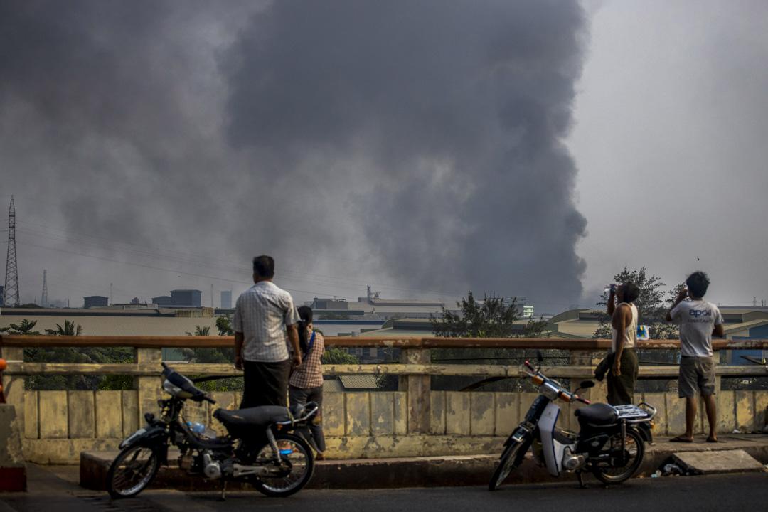 2021年3月14日,緬甸仰光的十餘家中資及台資企業據報遭到縱火和破壞,民眾在遠處觀看。