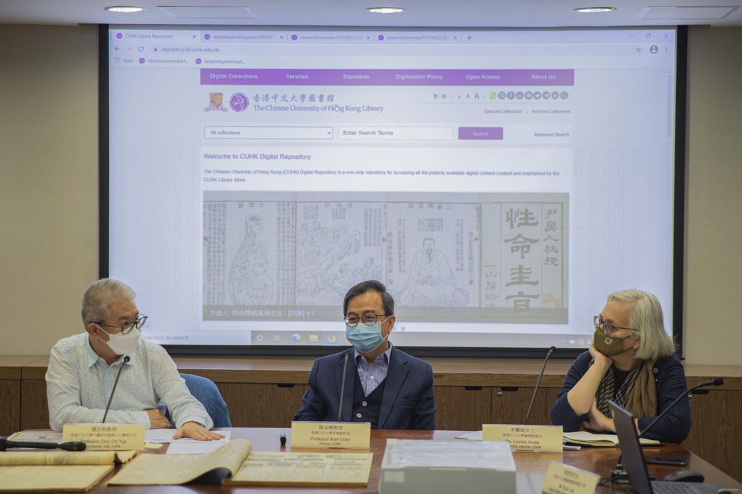 2020年12月29日,香港中文大學常務副校長陳金樑(中)在記者會上,就中國研究服務中心面臨「重組」一事回應傳媒。