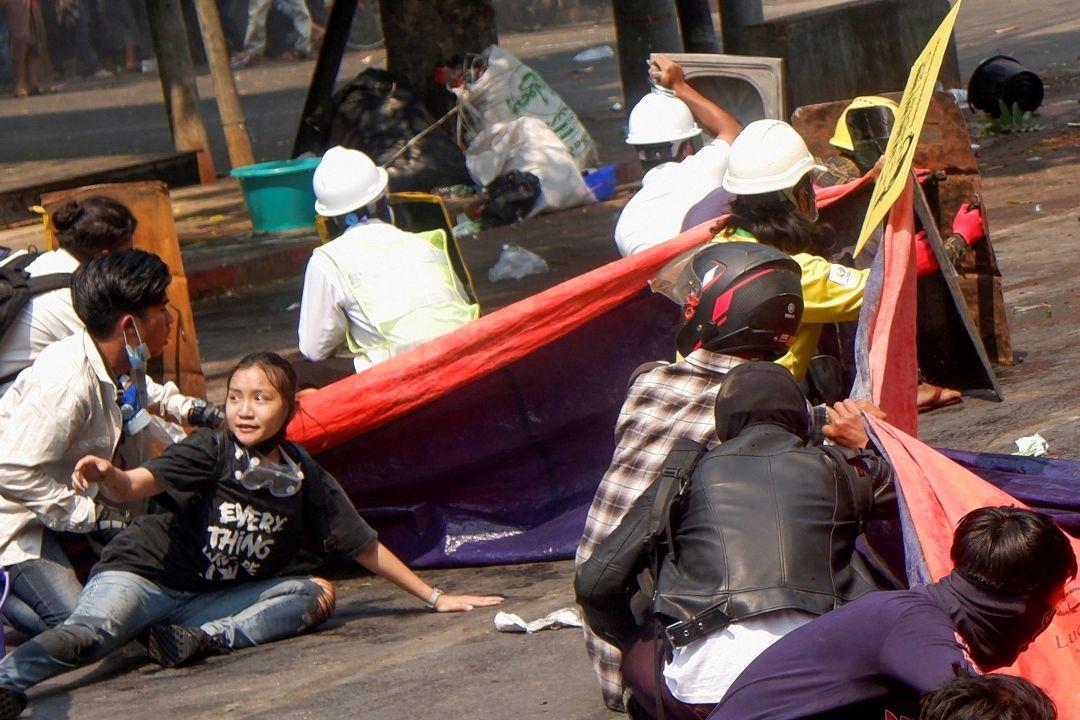 2021年3月3日,緬甸曼德勒,警察開槍驅趕抗議者。 攝:Reuters