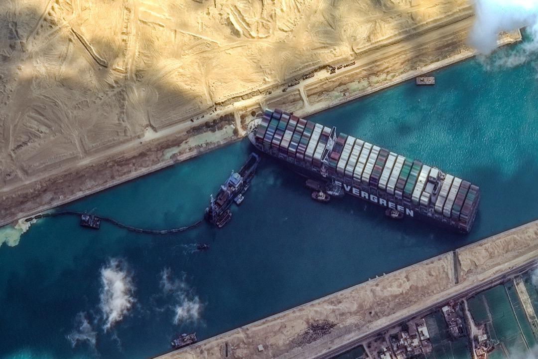 2021年3月26日,一張衛星圖顯示意外在蘇彝士運河擱淺的長榮貨櫃輪船長賜號。 攝:Maxar Technologies/Getty Images