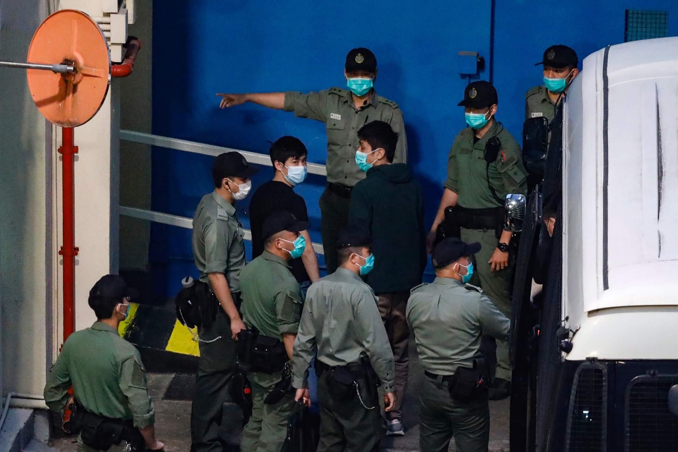 2021年3月2日凌晨6時40分,區議員岑敖暉和鄒家成被押解到荔枝角收押所。