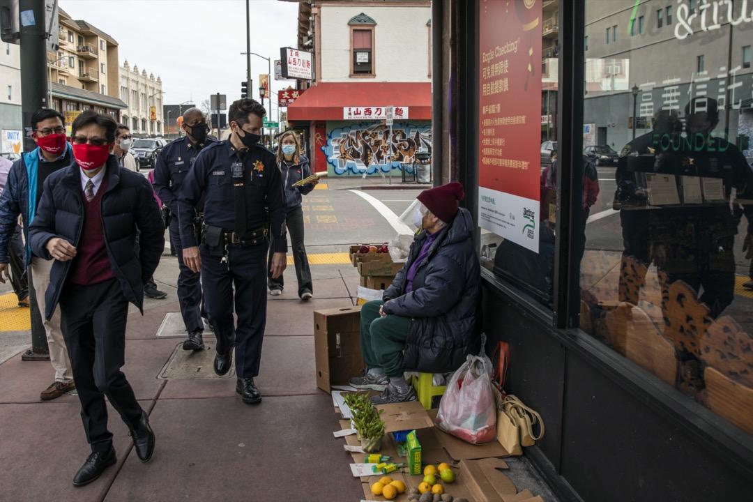 2021年2月16日,美國加州,奧克蘭市警察局副局長到當地唐人街巡邏