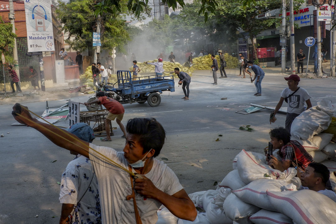 2021年3月14日,一名示威者在安全部隊鎮壓緬甸曼德勒時使用彈弓。