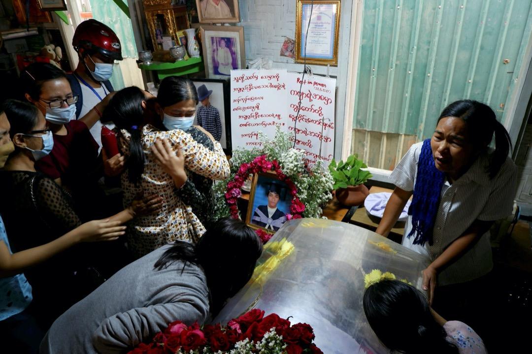 2021年3月28日,緬甸曼德勒,一名遇害抗議者Kyaw Win Maung出殯。 攝:Stringer/Reuters/達志影像