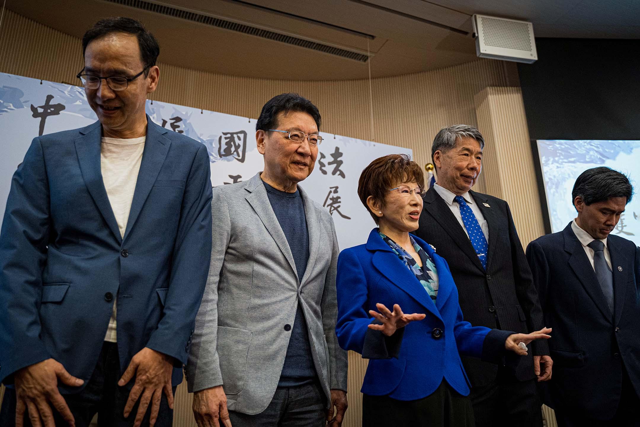 2021年3月27日台北,(左起)朱立倫、趙少康、洪秀柱、張亞中、左正東出席護憲保台論壇。 攝:唐佐欣/端傳媒