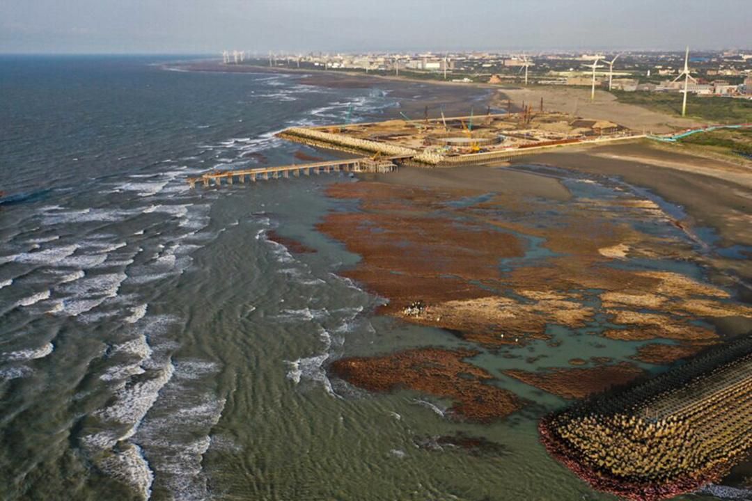 中油三接站在大潭藻礁持續施工。