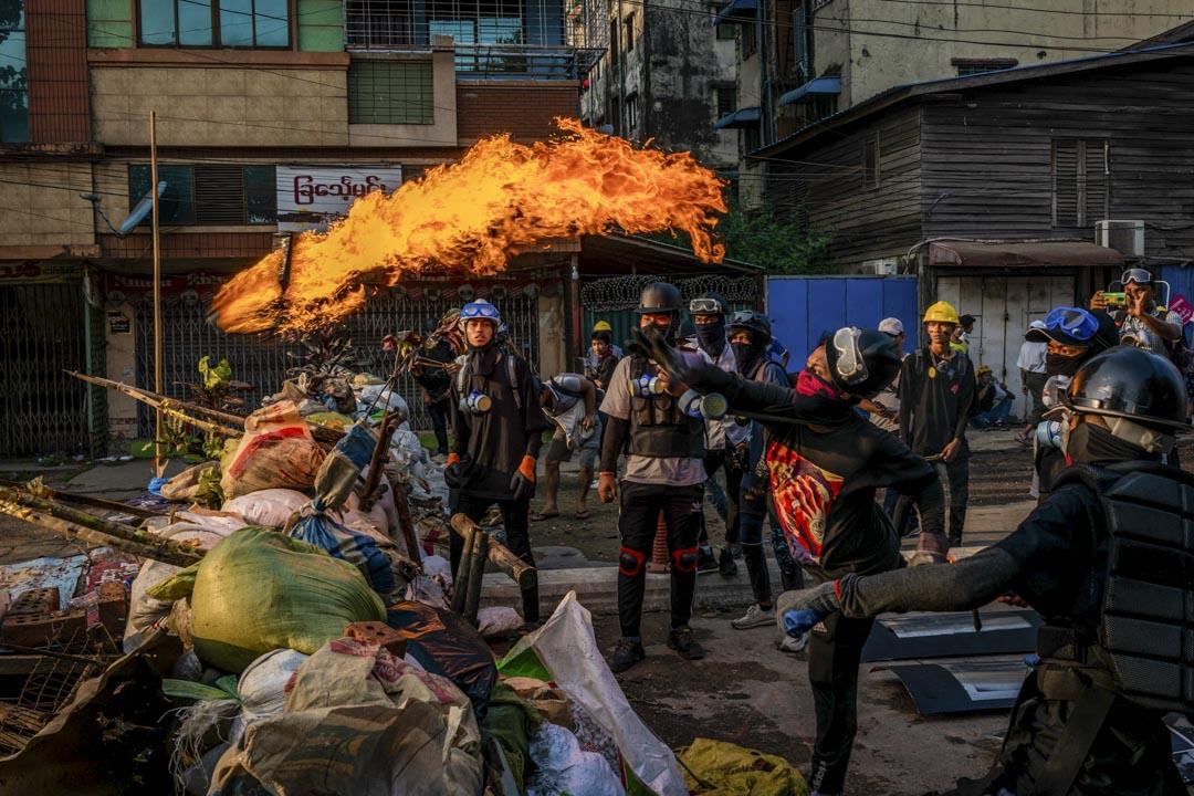 2021年3月16日,示威者在緬甸仰光一次衝突中投擲氣油彈。