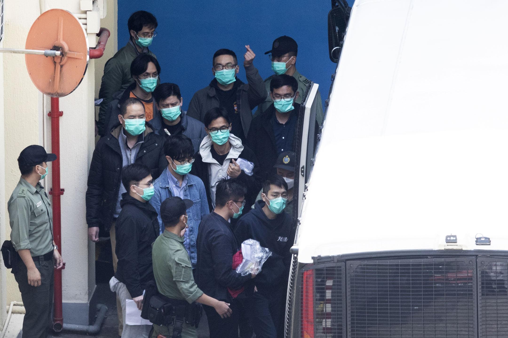 2021年3月2日,228大檢控案中多名被告離開荔枝角收押所。期間前立法會議員、前公民黨黨魁楊岳橋向記者做出心形手勢。