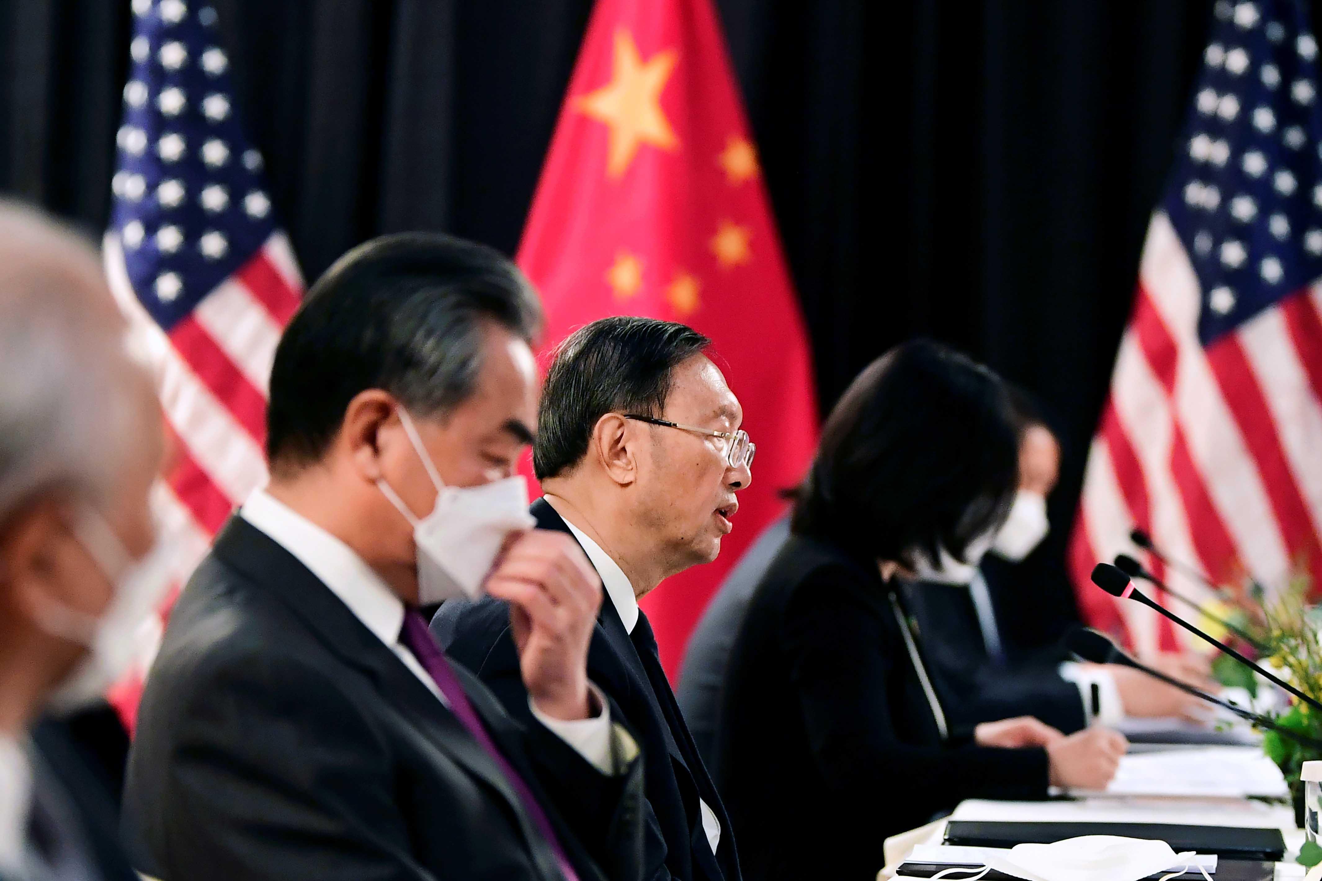 2021年3月18日美中會談上,中央外事工作委員會辦公室主任楊潔篪和外交部部長王毅率領的中國代表團。