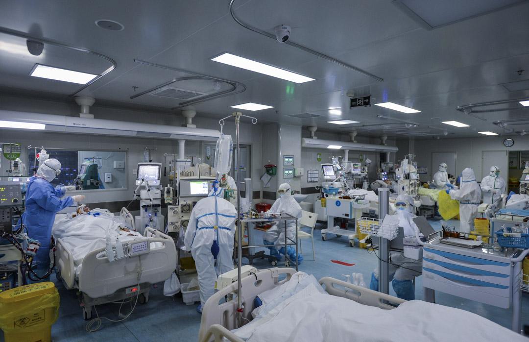 2020年2月24日,醫務人員在武漢市一家為新冠疫情患者指定的醫院中工作。