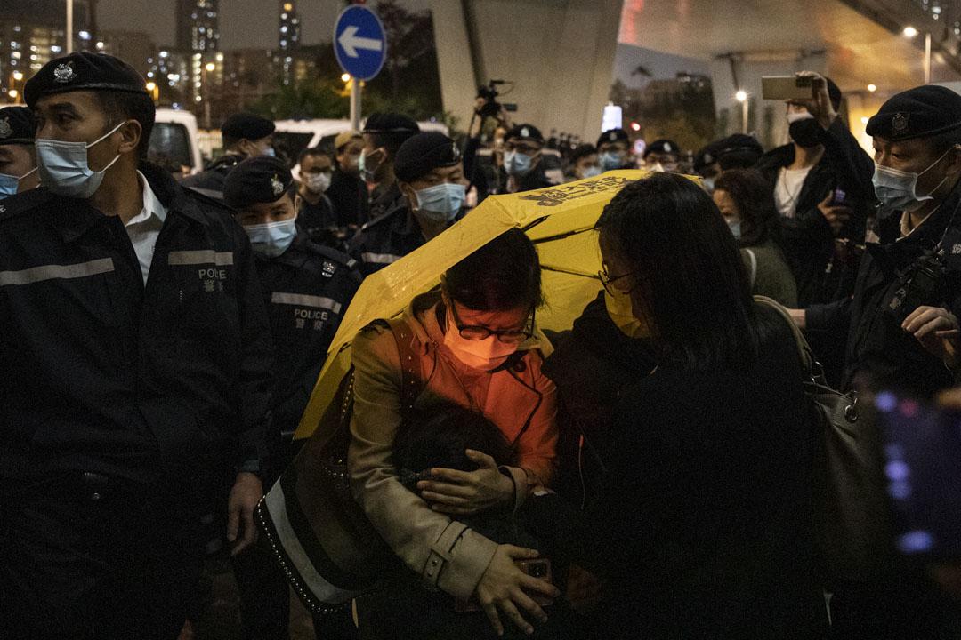 2021年3月4日,西九龍法院大樓外的聲援市民得悉裁判結果後哭泣。