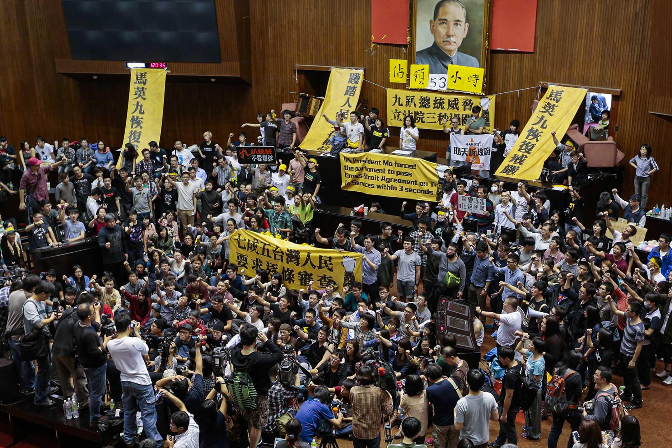 2014年3月19日台北,學生和示威者佔領台灣立法院。