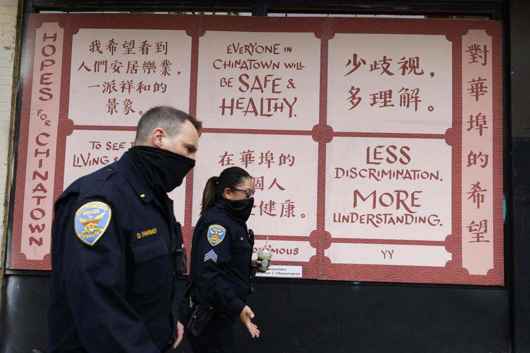 2021年3月17日,加州警察巡邏唐人街是經過一個停止仇視亞裔的標語牌。