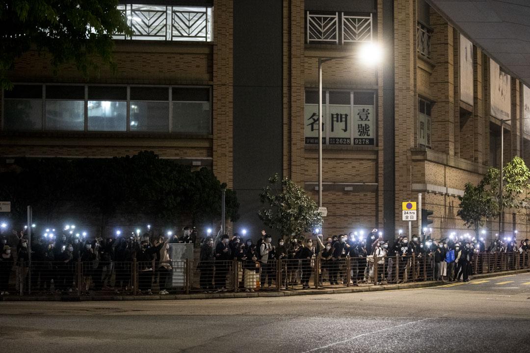 2021年3月4日,晚上 9 時半左右,警方防線推至興華街西,期間聲援市民看見由法院駛出的救護車經過,立刻亮起手機燈送行。