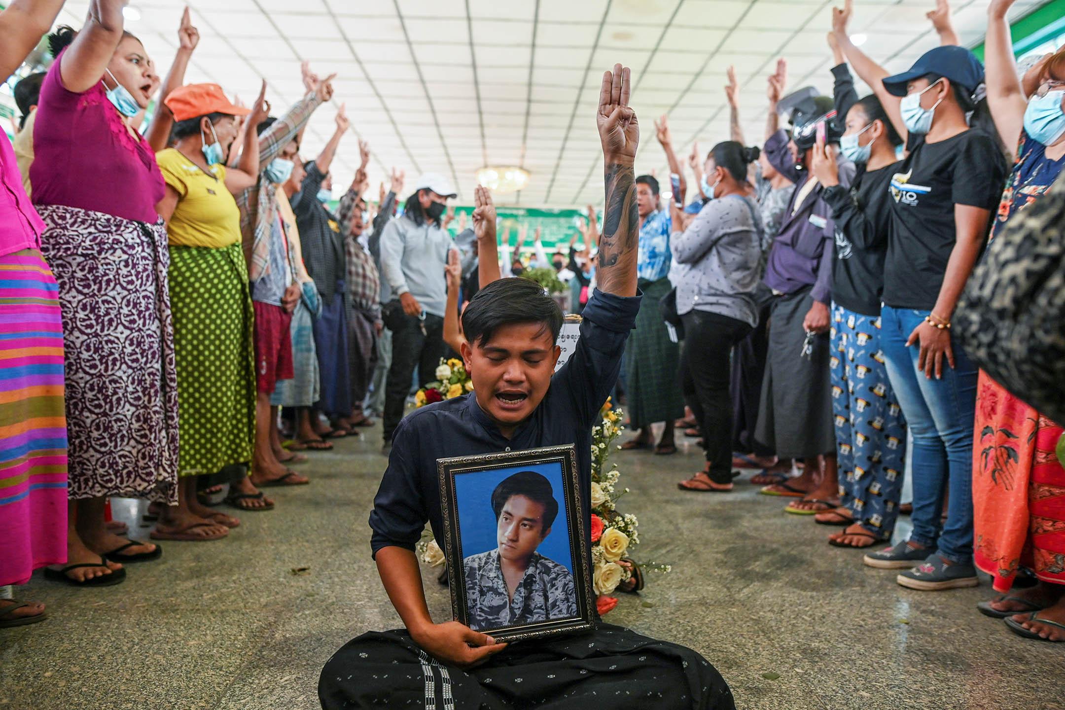 2021年3月5日緬甸仰光,反政變抗議活動中有示威者喪生,人們揮舞著三指致敬。