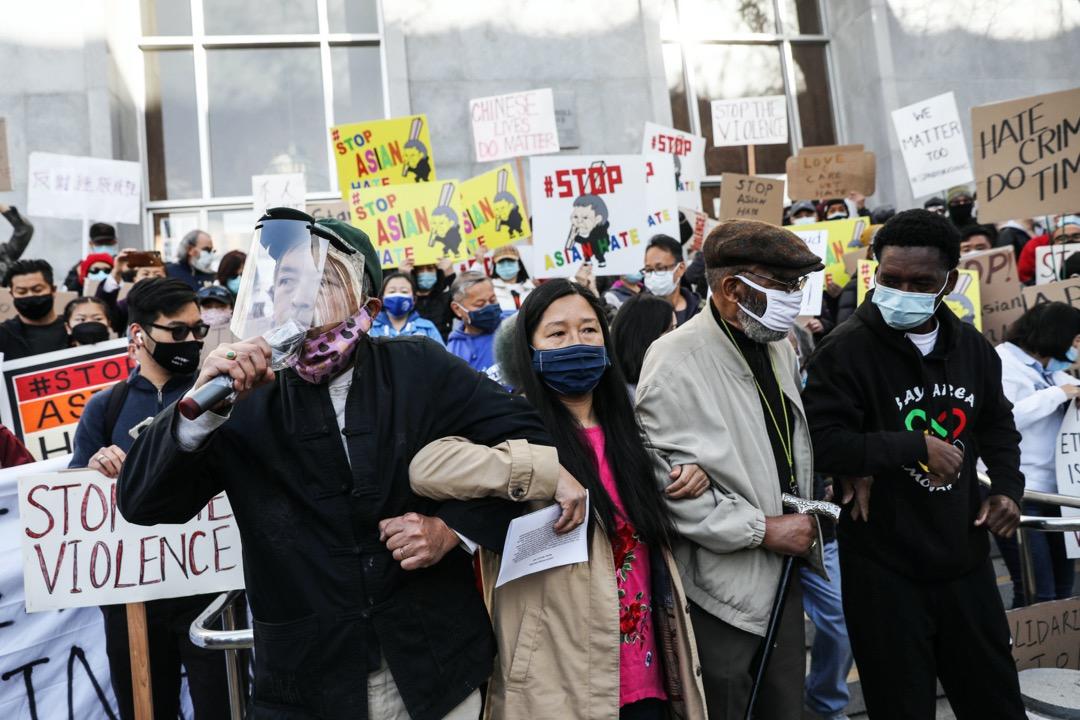 2021年3月22日,美國加州三藩市,有組織發起集會,要求當局為早前在當地社區散步途中遇襲身亡的84歲泰裔美國人Vicha Ratanapakdee伸張正義。