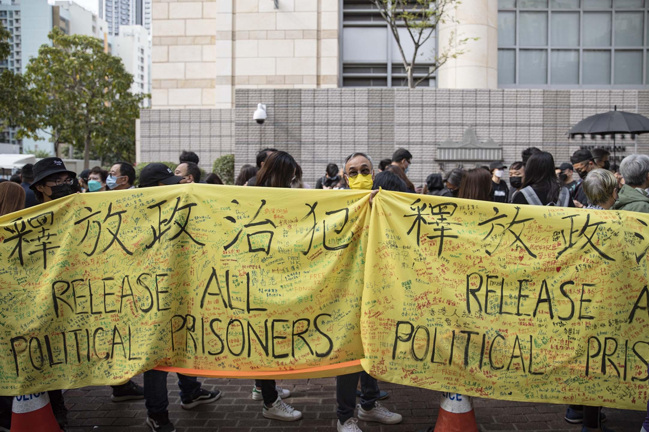 2021年3月1日,47人案提堂,大批市民於西九龍裁判法院外排隊進庭聽審。