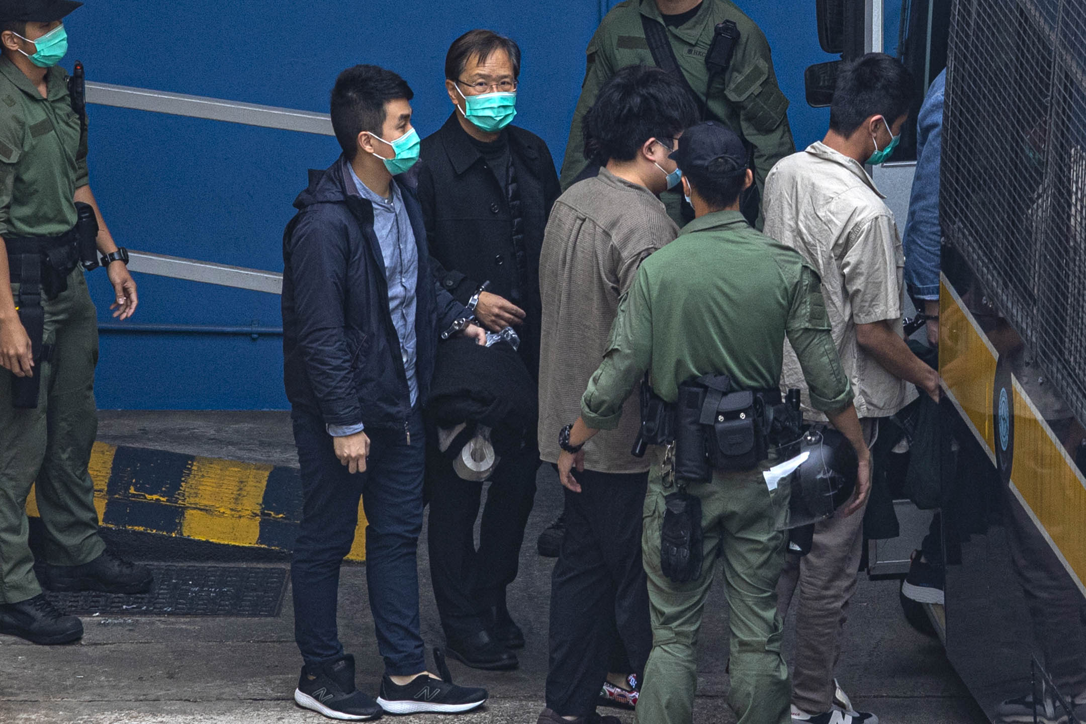 2021年3月3日荔枝角收押所,公民黨郭家麒和李予信步上囚車前往西九裁判法院。