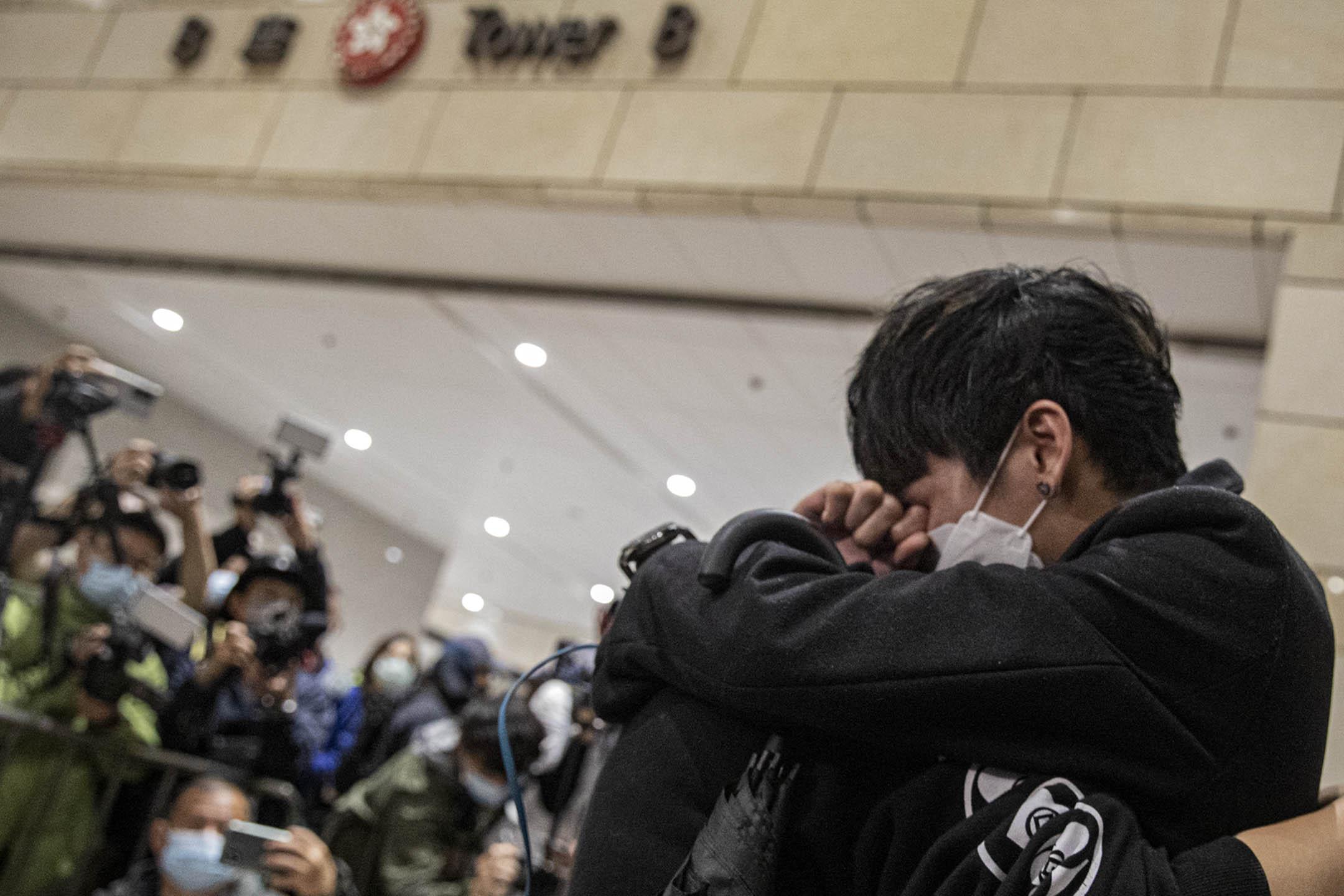 2021年3月4日西九龍裁判法院,市民相擁而哭。