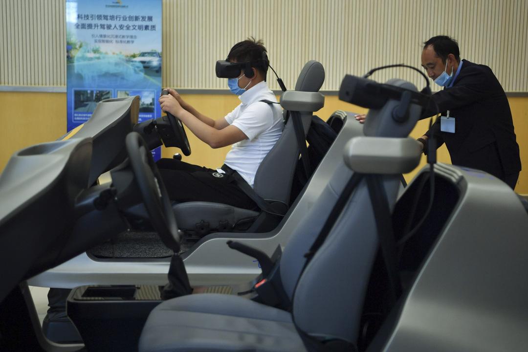 2020年7月17日,雲南昆明一間駕駛學校,學員戴著虛擬現實(VR)上駕駛課。