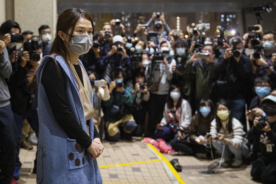2021年3月5日,香港民主派初選47人案中,律政司決定撤銷覆核楊雪盈、劉偉聰、呂智恆及林景楠的保釋申請裁決後,楊雪盈於西九龍裁判法院獲釋。 攝:陳焯煇/端傳媒