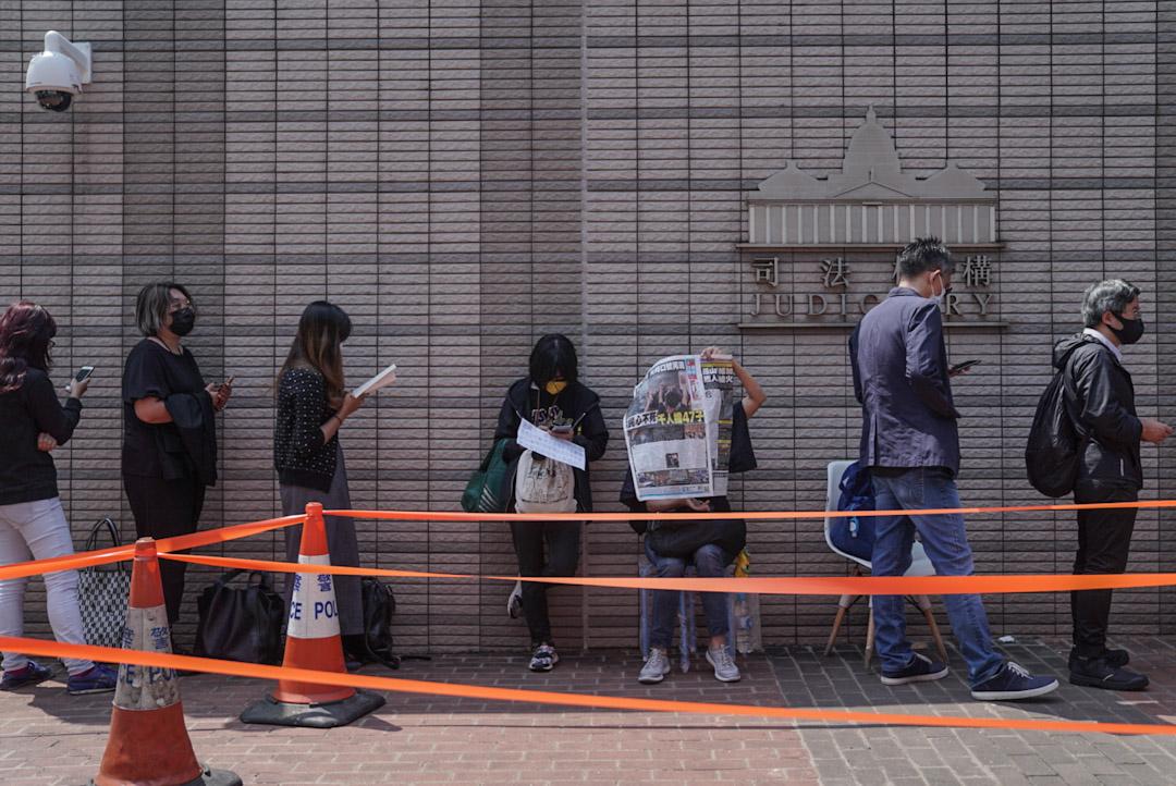 2021年3月2日,西九龍裁判法院外,有市民排隊進入法院旁聽。