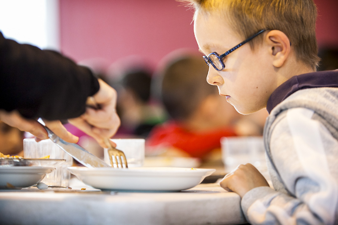 法國一間小學的學生在食堂進食午餐。 攝:BSIP/Universal Images Group via Getty Images