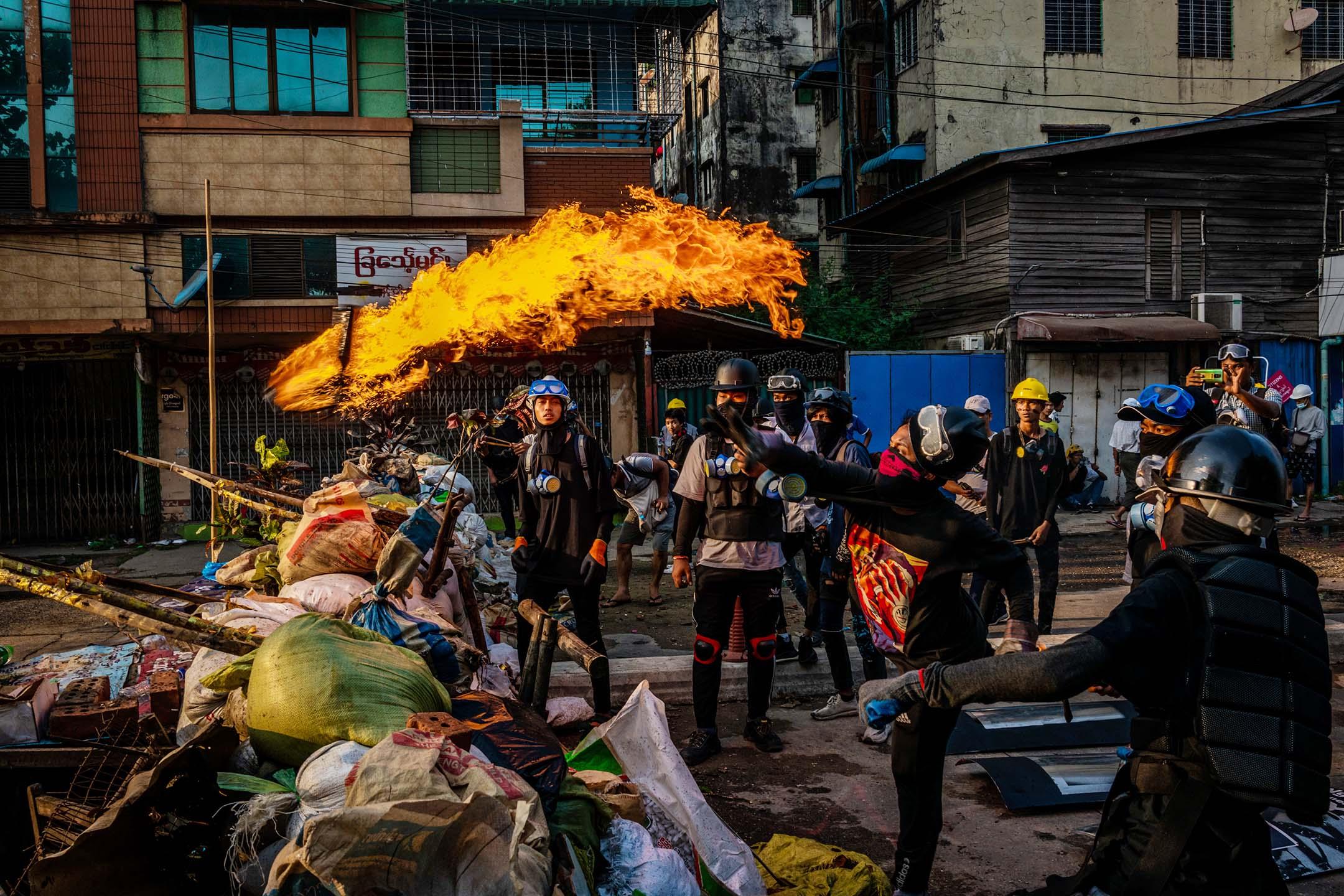 2021年3月16日緬甸仰光,示威者投拋汽油彈。 圖: Stringer/Getty Images