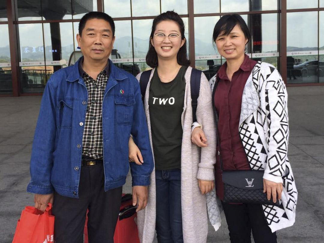章瑩穎與父親章榮高、母親葉麗鳳合照。