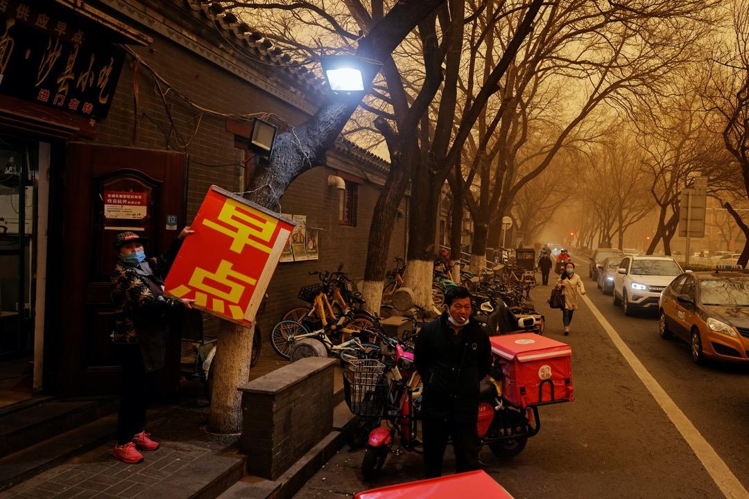 北京市教委發布通知,暫停學校戶外活動並做好健康防護。2021年3月15日,沙塵中的北京街巷。