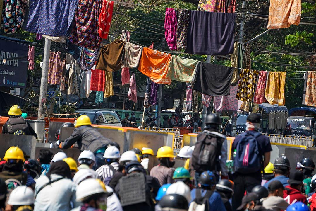 2021年3月8日緬甸仰光,示威者參加反政變抗議,他們在婦女節期間懸掛婦女的紗籠服飾,緬甸有一種迷信認為,走在女性的紗籠服飾下面會給男性帶來厄運。