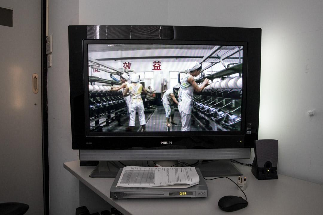 中心內有大量紀錄片供借閱觀看,其中有周浩執導的《棉花》。