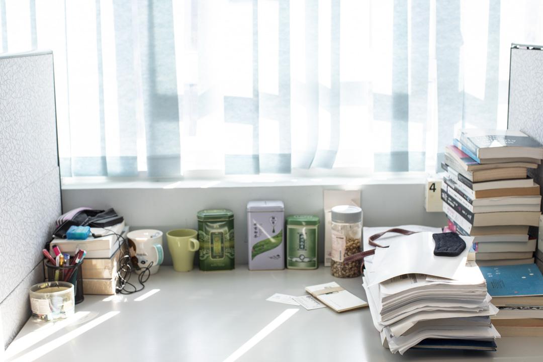 中心為學者設置的書桌單間, 有些人會放著私人物品。