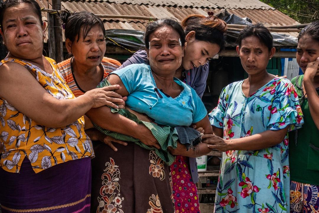 2021年3月27日,緬甸仰光,被安全部隊槍殺的20歲男子 Aung Zay Min 出殯,他的媽媽(中)送殯時悲痛不已,旁邊的親屬嘗試安慰她。