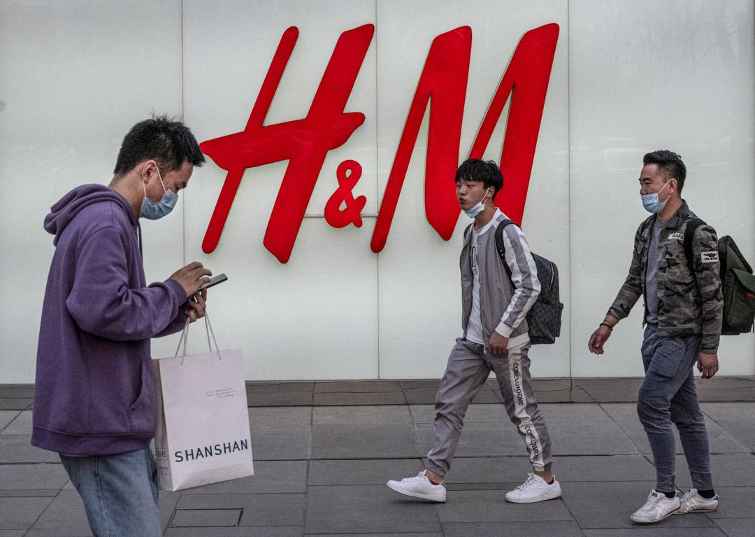 2021年3月25日,人們在北京H&M的旗艦店前走過。