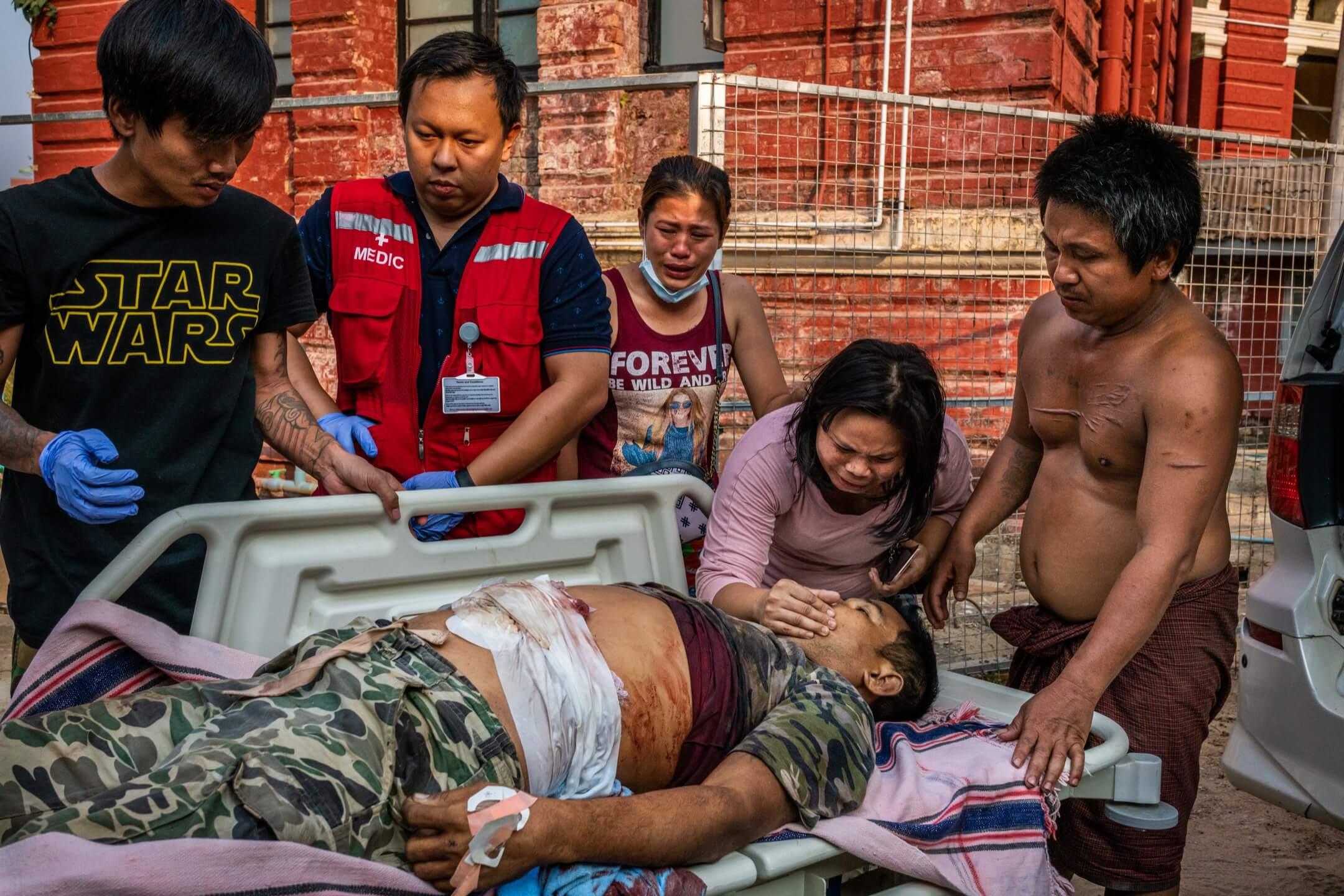 2021年3月27日,緬甸仰光,一名示威者被安全部隊擊斃,家屬在旁痛哭。 攝:Stringer/Getty Images