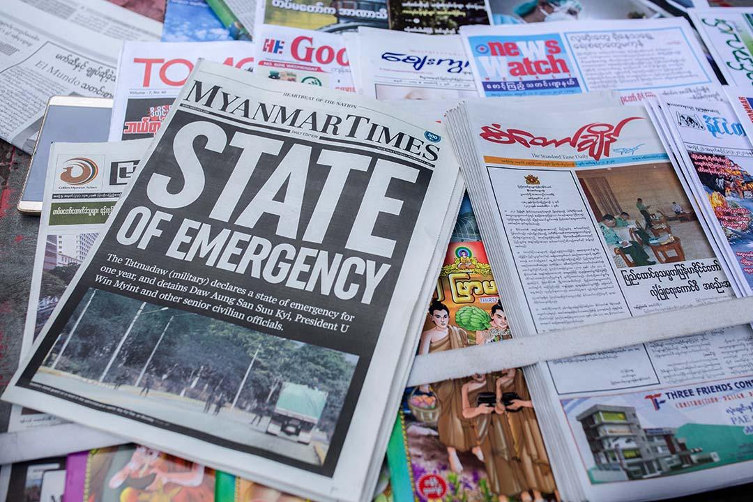 """2021年2月2日緬甸仰光,標題為""""緊急狀態""""的緬甸時報以及其他待售的報紙。"""